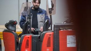 Mitarbeiter der Gusto AG lädt Kommissionierer mit Lithium-Ionen-Batterie